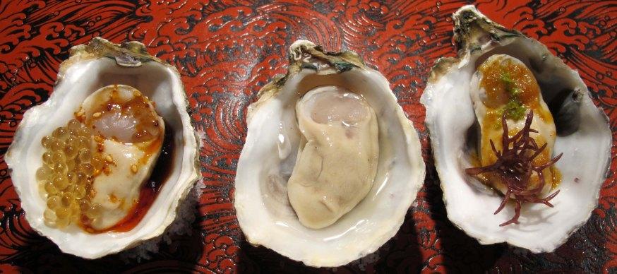 Ostres a la manera xinesa, amb escarificació! de sèsam, a la japonesa, amb Sake, i a la tailandesa. Dos Palillos